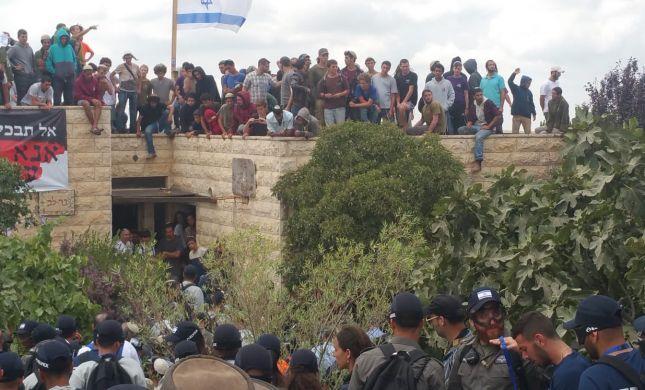עשרות גברים מתבצרים בבית משפחת בר לב