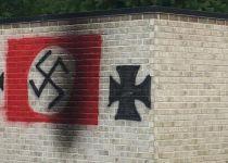 """אנטישמיות בארה""""ב: צלבי קרס רוססו על בית כנסת"""