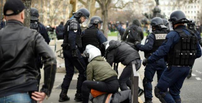 צפו: בכיר בממשלת צרפת מכה מפגין