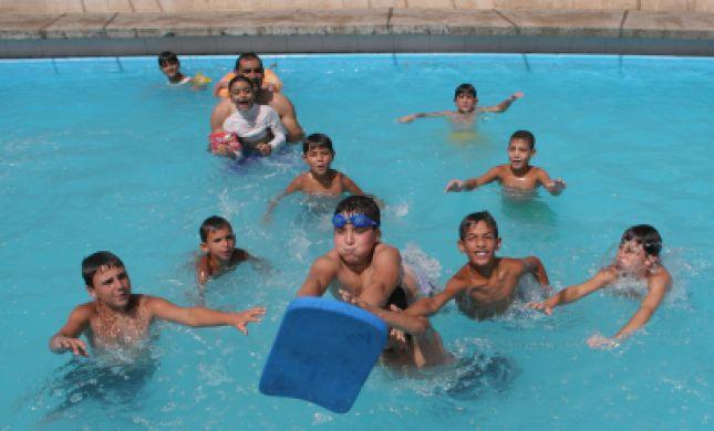 בגלל שחיה מעורבת: פתיחת הבריכה בקריית ארבע בספק
