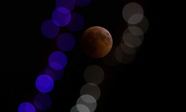 למקרה שפספסתם: ליקוי הירח הנדיר של המאה• צפו