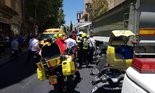 ירושלים: הולך רגל כבן 50 נהרג מפגיעת משאית