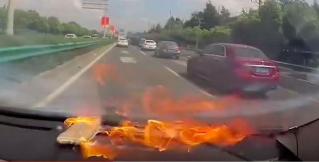צפו: מכשיר האייפון התפוצץ בנסיעה, הנהגת נפצעה