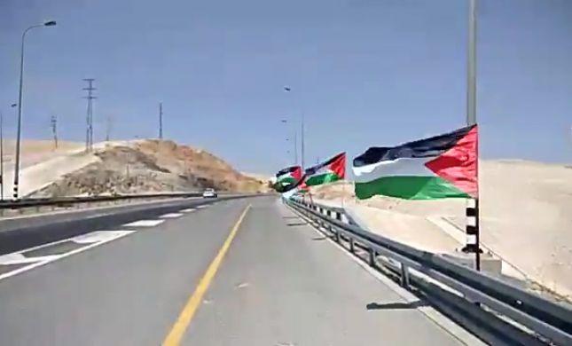 ביזיון: עשרות דגלי פלסטין נתלו בכביש 1