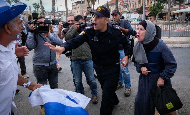 ביזיון: ערבים ניסו להוריד דגל ישראל מתחנת משטרה