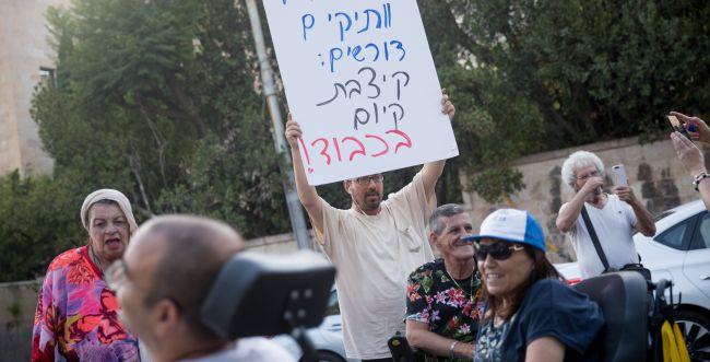 """מחאת הנכים מחריפה: המפגינים חסמו את נתב""""ג"""