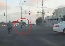צפו: בן 5 נופל מרכב נוסע, אנשים טובים הצילו אותו
