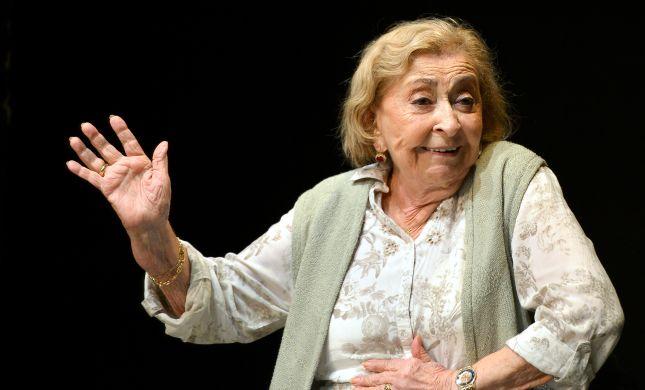 ההצגה נעצרה: ליא קניג חשה ברע, הקהל הריע לה במחיאות כפיים