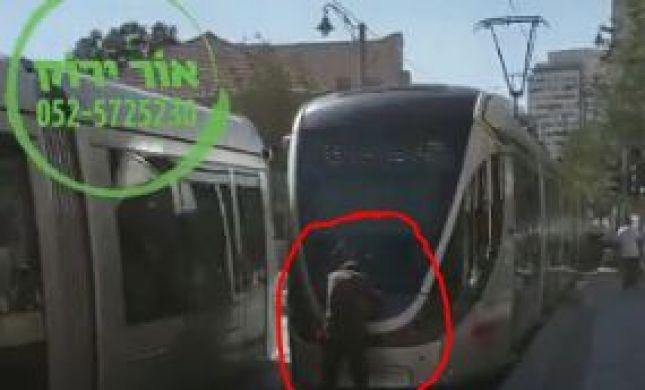 'משחק' חדש בי-ם: נערים נתלים על הרכבת הקלה.צפו