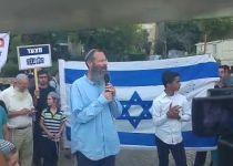 """הרב יגאל נוזף בתקשורת בהפגנה נגד הלהט""""ב . צפו"""