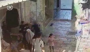 חדשות, חדשות צבא ובטחון, מבזקים צפו: המחבל יוצא מהר הבית עם סכין ומתנפל על השוטר