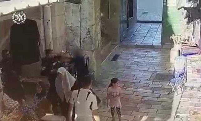 צפו: המחבל יוצא מהר הבית עם סכין ומתנפל על השוטר