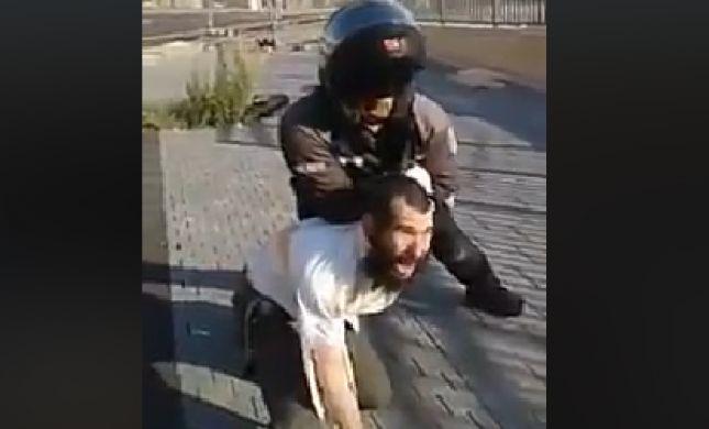 הרשת סוערת: שוטר מכה חרדי לעיני אשתו וילדיו. צפו