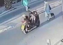 תיעוד קשה: אופנוען דוהר ומרסק קשישה על הכביש
