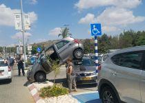 נהגת 'החנתה' את רכבה על רכב אחר; כך זה קרה. צפו