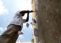 גלריה • פינוי הפתקים מהכותל ובדיקת תקינות האבנים