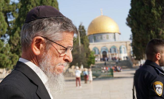 צפו: הרב יצחק שילת פורץ בבכי מול מקום המקדש