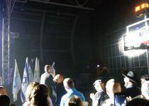 במהלך הופעה: אברהם פריד ניסה לשחק כדורסל• צפו