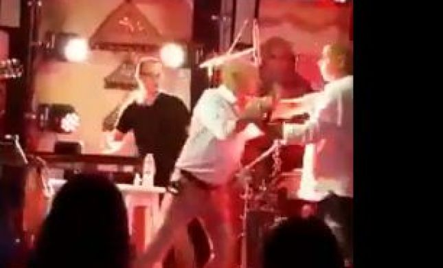 צפו: עלה לבמה באמצע הופעה והתעמת עם ישי לוי