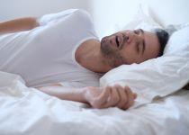 אני נוחר; אז מי פטור משינה בסוכה- אני או בני משפחתי?