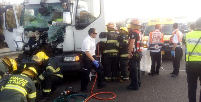שני לכודים: תאונה קשה בין שתי משאיות בכביש 6