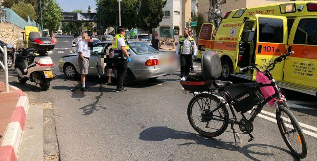 עף 10 מטרים: רוכב אופניים נפצע קשה מפגיעת רכב
