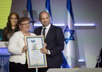 אחרי הביקורת: בנט קורא לנשים להגיש מועמדות לפרס ישראל