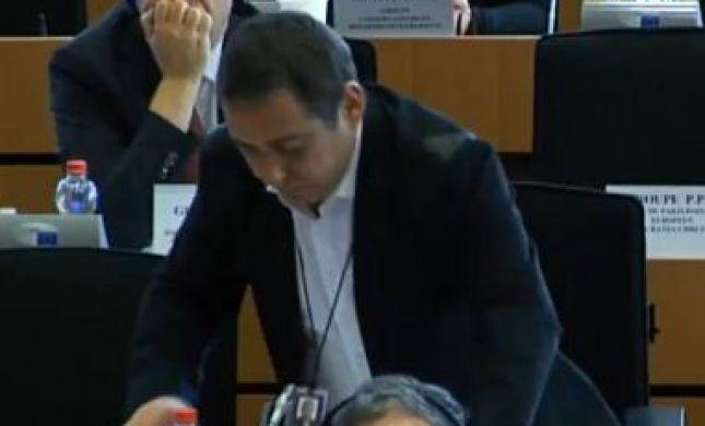 """""""נגעלת"""": דיכטר הותקף במהלך נאומו בבריסל. צפו"""