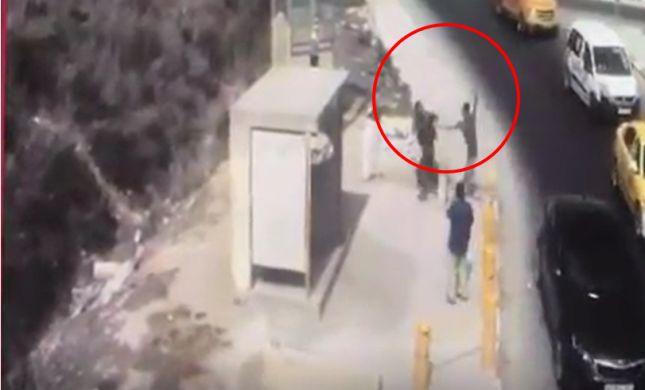 תיעוד הפיגוע בשומרון: המחבל זינק ודקר את החייל
