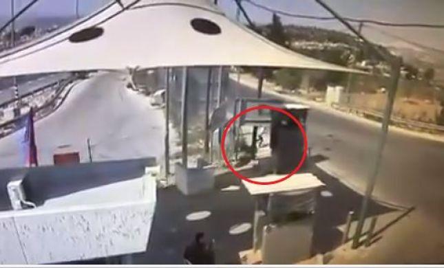 תיעוד הפיגוע: בן 8 שולף סכין, לעבר החייל ונמלט