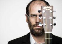 צפו: אהרן רזאל מארח את הזמר הכי קרוב אליו לדואט