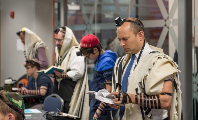 צפו: בנט מתפלל עם הקהילה היהודית בפיטסבורג