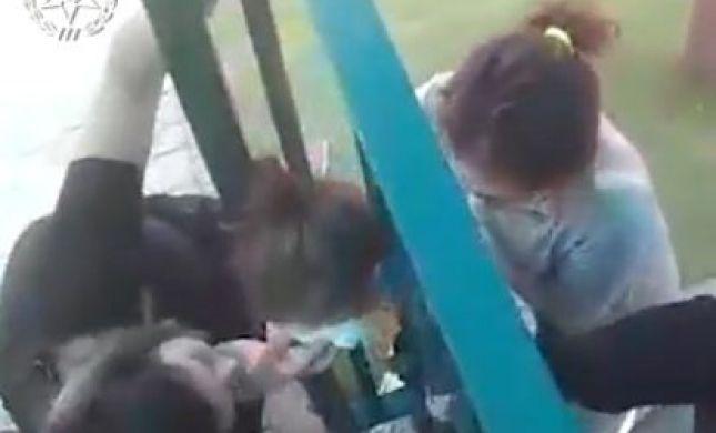 שוטרים חילצו ילדה שראשה נתקע בין סורגים. צפו