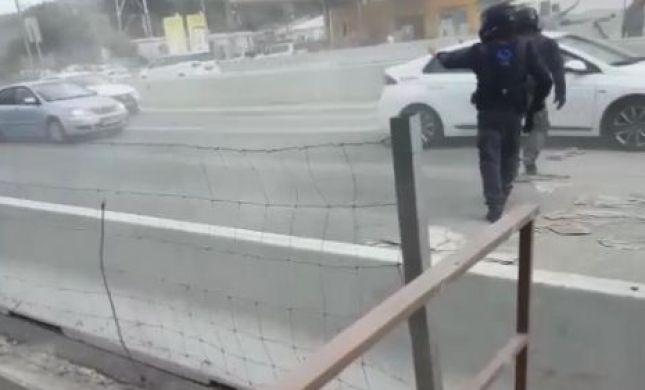 מחאת המלט: המוחים פיזרו שקי מלט על הכביש. צפו