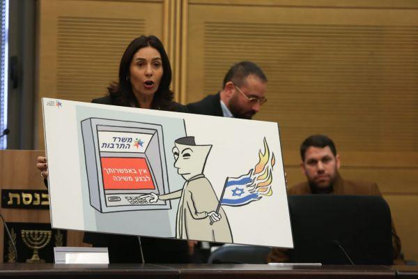 בעקבות ההצהרה של רגב, כתבי הכנסת פתחו במחאה