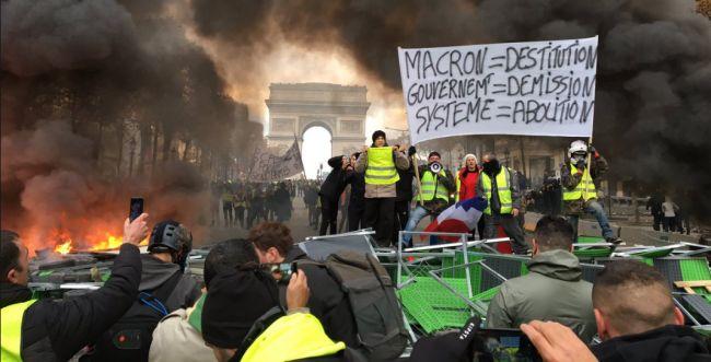 """עשרות אלפי מפגינים בפריז: """"מקרון הגנב, תתפטר"""""""