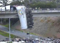תאונה מחרידה באוסטרליה: משאית נותרה תלויה מגשר