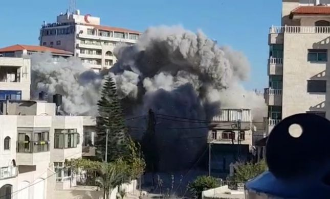 """תיעוד: נהרס בית המחבל שרצח את רונן לוברסקי הי""""ד"""