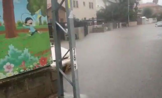 בעקבות הגשמים: ילדים וגננות חולצו בעזרת סירות