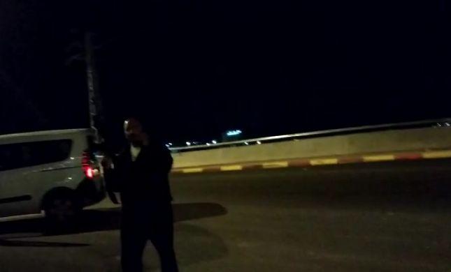 צפו: יהודים חסמו את הכביש, המאבטח ירה באוויר