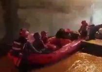 אב וילדיו נלכדו בהצפה וחולצו בסירות. צפו