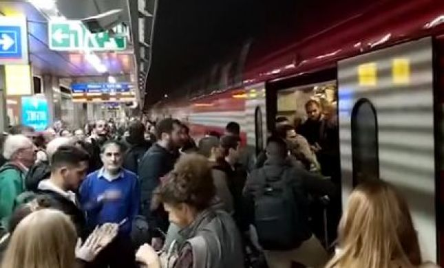 צפו: נוסעים זועמים חסמו רכבת