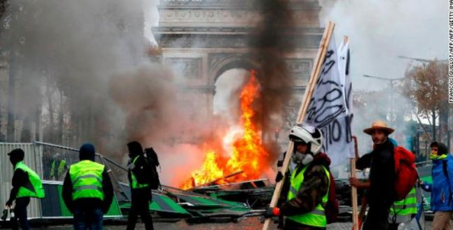 מחאה אלימה בפריז: בניינים הוצתו, מאות מפגינים נעצרו