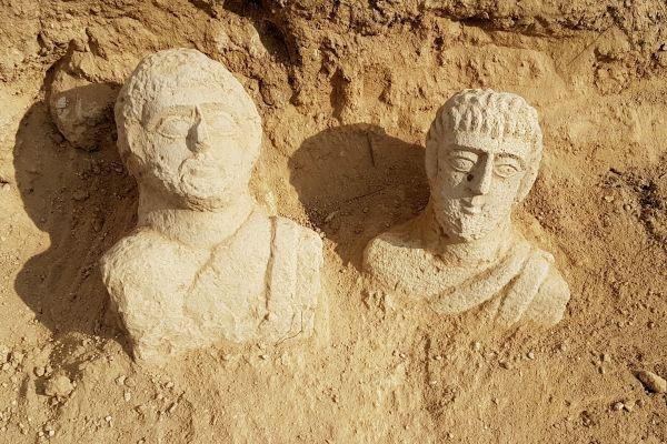 יצאה לטייל בגשם ומצאה פסלים מלפני 1700 שנה