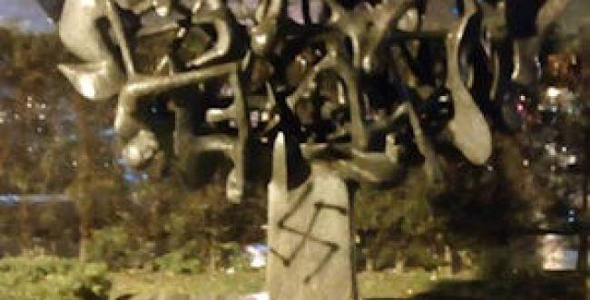 צלב קרס רוסס על אנדרטה לזיכרון השואה ביוון