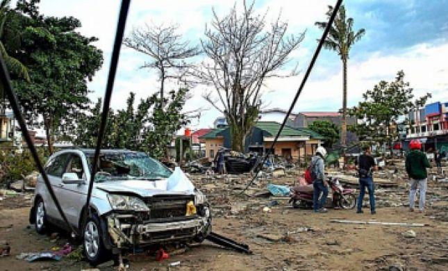 צפו בתיעוד: רגע פגיעת הצונאמי באינדונזיה