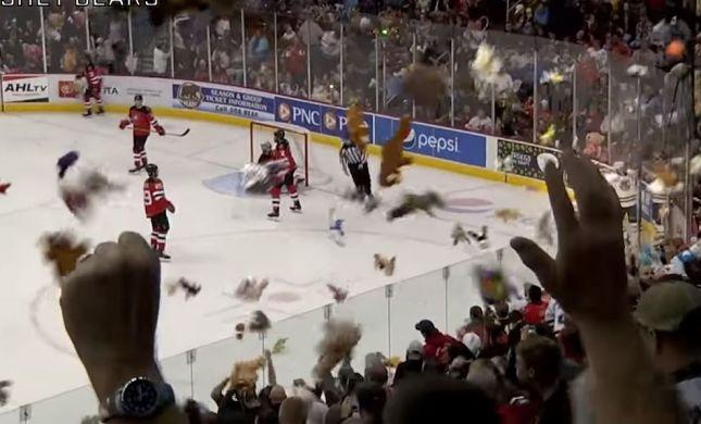 באמצע משחק: השחקנים הותקפו באלפי בובות• צפו