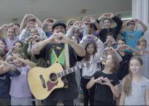מרגש: ילדים מעזה,ישראל ועיראק התאחדו לשיר אחד