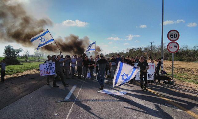 צפו: תלמידי הישיבה חוסמים את מעבר כרם שלום