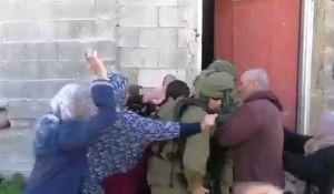 """חדשות, חדשות צבא ובטחון, מבזקים מביש: לוחמי צה""""ל חוטפים מכות מפלסטיניות"""